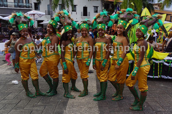 Cheerleaders am Karneval von Santo Domingo in Reih und Glied