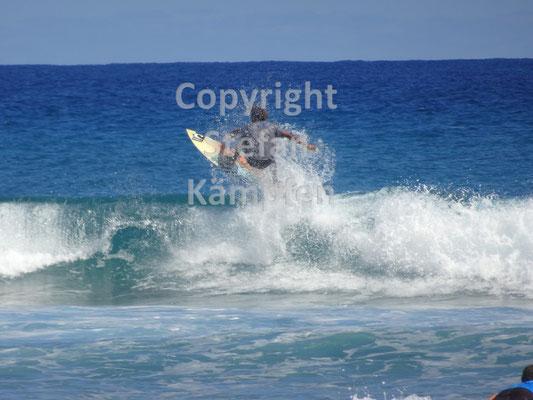 Ein Surfer zeigt seine Künste an der Playa Encuentra in Cabarete
