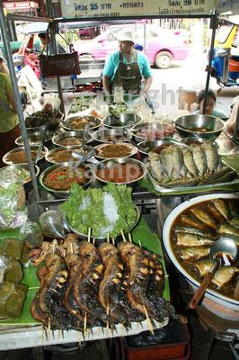 Alles, was das Herz begehrt an den üppig gefüllten Strassenständen Bangkoks