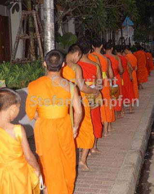 Laotische Mönche bei der Morgenprozession