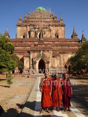Alte Mönche vor einer Pagode in Bagan