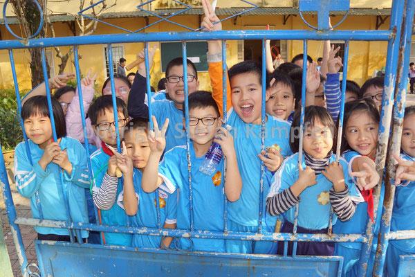 Sind sonst nicht eingezäumt; die Schulkinder von Hue