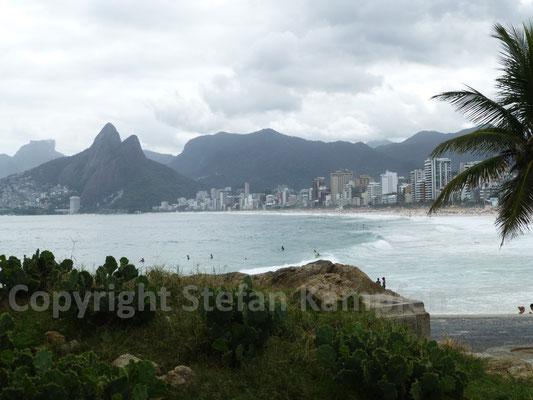 Der Ipanema-Strand in Rio de Janeiro in der Profilansicht