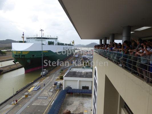 Ein grosses Containerschiff verschafft sich die Durchfahrt am Panamakanal