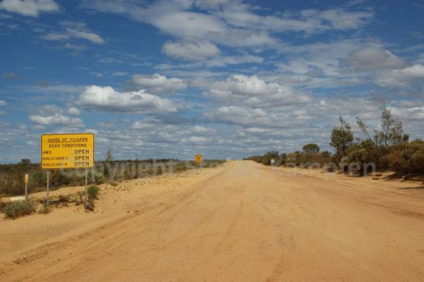 Himmel und Erde soweit das Auge reicht auf der Outback-Piste nach Hyden