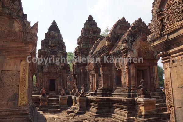 Banteay Srei: Wegen der vielen weiblichen Ornamenten wird er auch Lady Tempel genannt