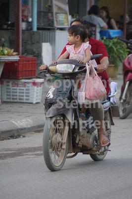Ganz normal in Laos: Ein Kind auf einem Motorrad