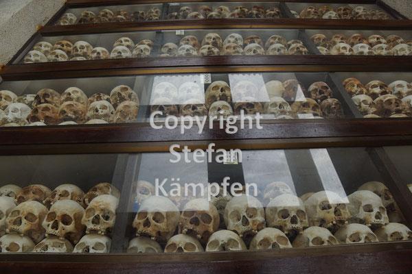 Eine Stupa mit 8'000 Schädel erinnert an die 17'000 verscharrten Leichen auf den Killing Fields