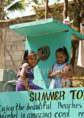 Panamaische Mädchen machen Werbung für ihr Heimatdorf Santa Catalina