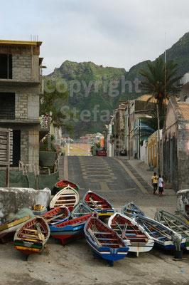 Die Schiffe im Hafen von Ponta do Sol sind gut vertäut