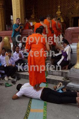 Ein Mann bei der Selbstkasteiung vor einem buddhistischen Tempel