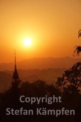 Sonnenuntergang hinter einem buddhistischen Koster in den Bergen