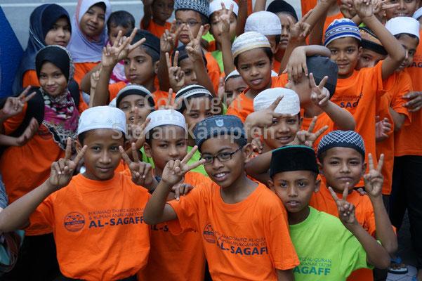 Eine Schulklasse aus Kuala Lumpur probt fürs Klassenfoto