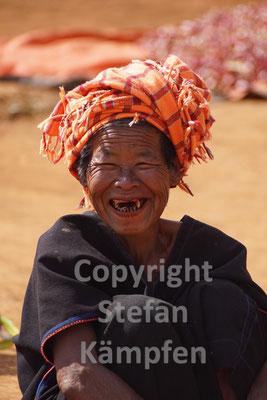 Herzhafter Lacher einer burmesischen Bauernfrau