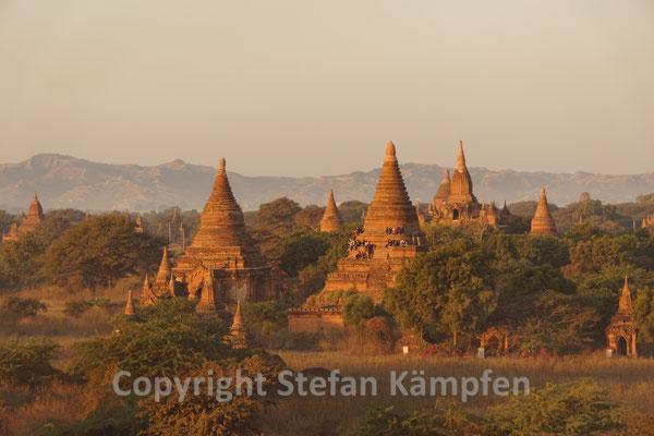Hunderte von Stupas lugen aus der Savanne von Bagan