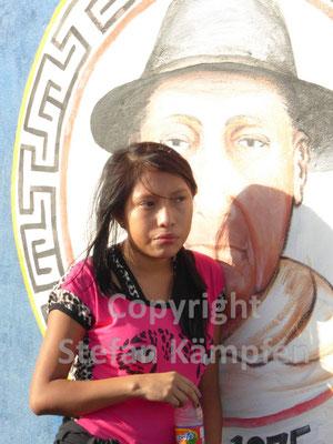 Ein Kuna Yala Mädchen wartet auf die Übersetzung auf eine der San Blas Inseln