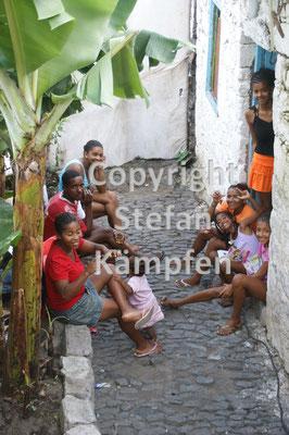 Auf den kapverdischen Inseln findet das Familienleben auf der Strasse statt