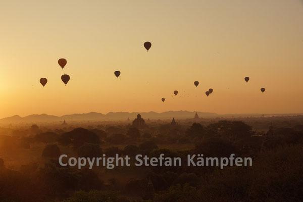 Heissluftballone über dem Pagodenwald von Bagan