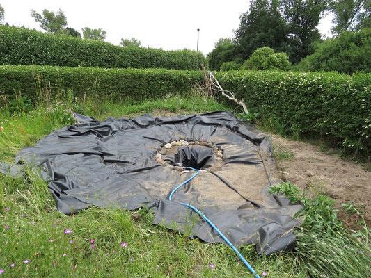 Fischfreier Teich - Die Folie liegt, das Wasser kann eingelassen werden.