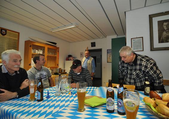 auch einer aus Obersüßbach, während der Kamerad rechts noch schnell die Rauten zählt...