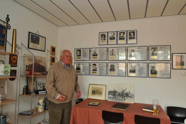 erfreut sich Oberst a.D. Hecker an den Bildern der Kommandeursgalerie....