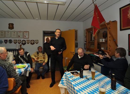 Nimmt Manfred Oboth vom Bundeswehrverband eine seltene Ehrung vor...