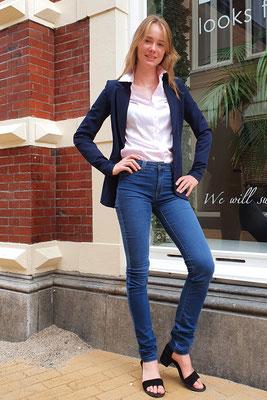 Blazer Chiarico, blouse ETERNA, broek Power jeans van CMK.