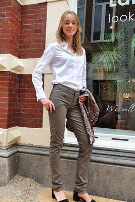 ALINA Khaki coated van CML, blouse ETERNA, blazer Lange Dame.