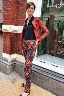 Broek LIZA Autumn flowers van CMK, blouse Travel van Lange Dame en jasje HELEN van Lange Dame.