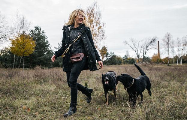 Laufen im Landschaftspark Adlershof Bildstrecke mit Hundeschule Hundekompass Trainerin Anna Ostrowska Hundefotografie Berlin  3