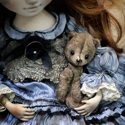 Эльзе повезло - у нее есть компаньон в лице мишутки от @mila_orlova 💙 Крохотный малыш с мягкой шкуркой пыльно-пепельного цвета.