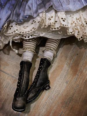 Ботиночки по типу викторианских выполнены из натуральной кожи , оформлены клепками и состарены вручную.