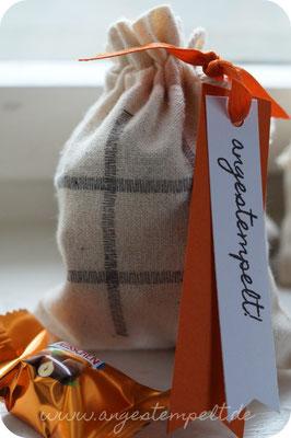 Im Säckchen sind zwei verschiedene Sorten Küsschen, damit man gegeneinander spielen kann!