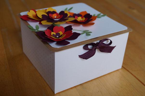 Große Verpackung mit dem Envelope Punch Board