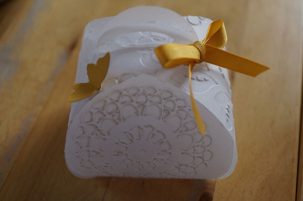 Zierschachtel, weißes Pergament, und ein Schmetterling = ein Lichtlein für den Frühling (LED)