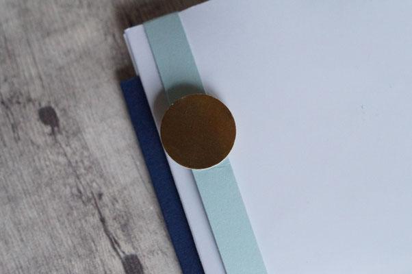 Mit einem kleinen Magneten ist das Kärtchen verschlossen - hinten!