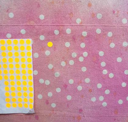Klebepunkte wurden auf hellen Stoff geklebt und mit Textilfarbe übersprüht (develloppa)