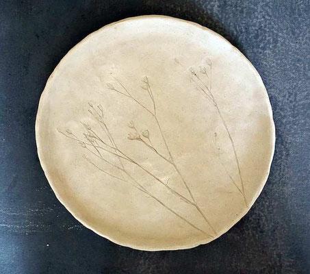 Teller mit Pflanzendruck, noch ungebrannt (develloppa)