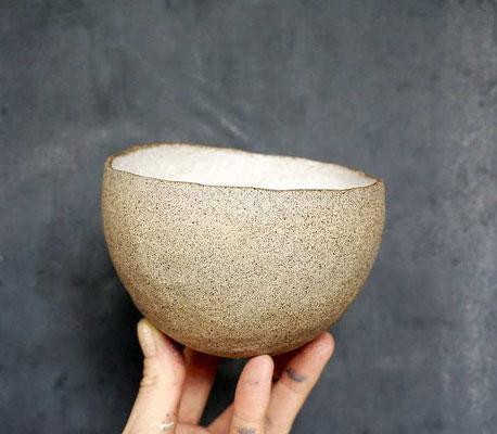 pinchpot / Daumenschälchen aus grauem Ton mit weißer Innenglasur (develloppa)