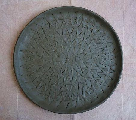 Teller aus schwarzem Ton, noch ungebrannt  (develloppa)