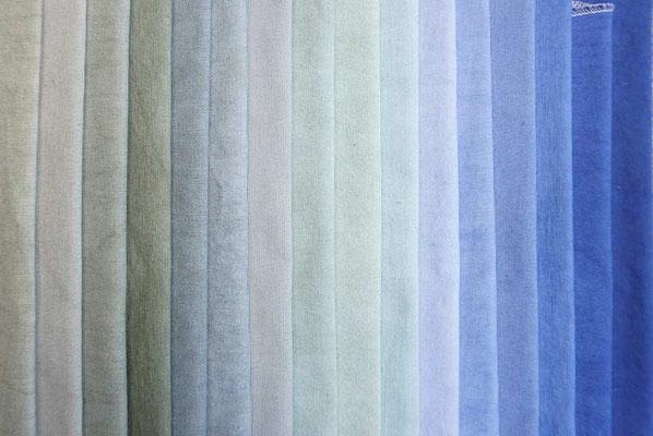 Stoff mit Textilfarbe im Topf gefärbt (develloppa)