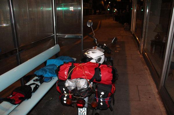 Schlafplatz an einer Bushaltestelle