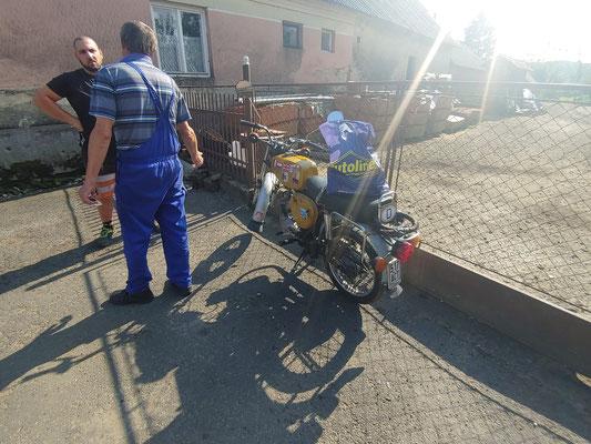 Reparatur am Moped