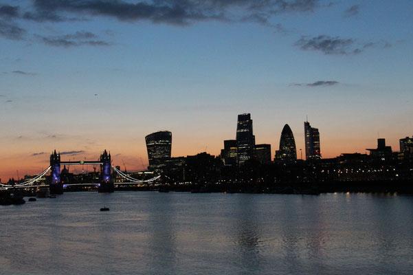 an der Themse zwischen Tower Bridge und Jugendherberge