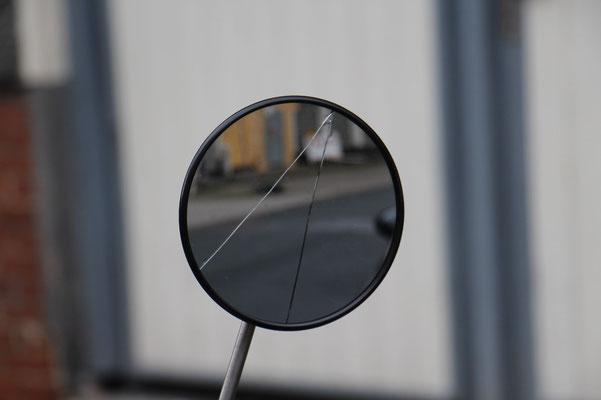 rechter Spiegel gerissen