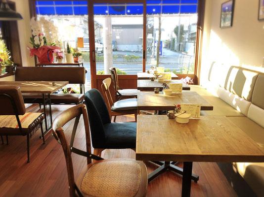 居心地の良いくつろげるカフェ店内