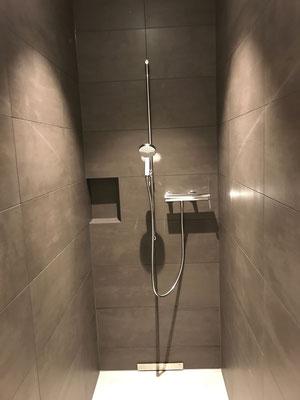 Neubau Dusche mit keramischen Wandbelägen und Epoxidharzfugen