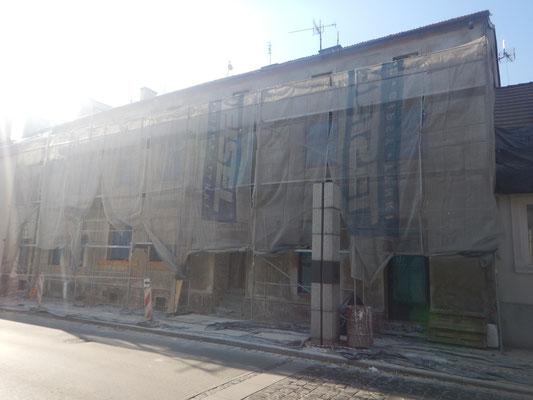 Kamienica przy Kolegiackiej 16 w trakcie odnowienia elewacji, X 2018 r. Fot. Jakub Jurek