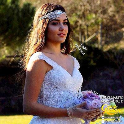 The serial Güneşin Kızları , Hande Erçel wedding dress