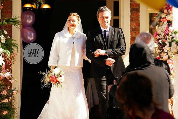 The serial Kalbimdeki Deniz,  Özge Özberk wedding dress